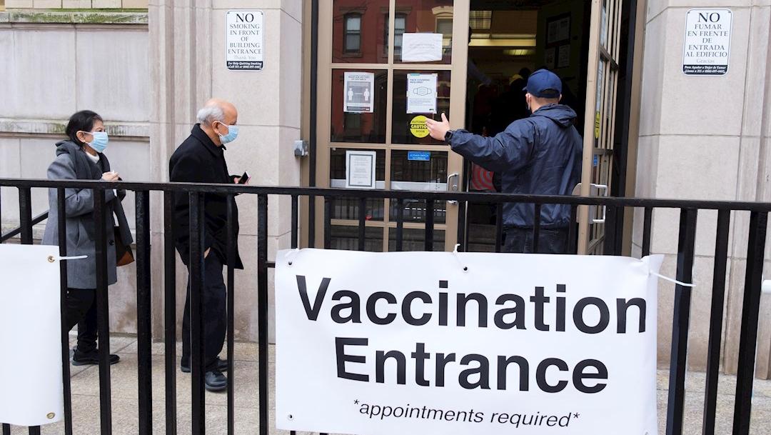 Miles de citas para la vacuna se cancelan ante la escasez de dosis en EEUU