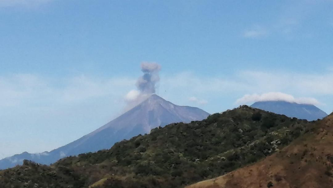 Volcán de Fuego registra explosiones moderadas a fuertes con abundante ceniza y mantiene una fumarola color gris