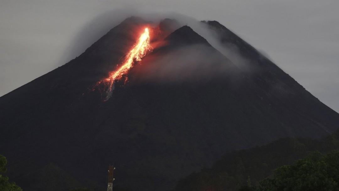 Volcán indonesio arroja río de lava en una nueva erupción