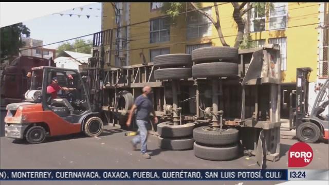 vuelca trailer que transportaba pacas de carton en alcaldia azcapotzalco