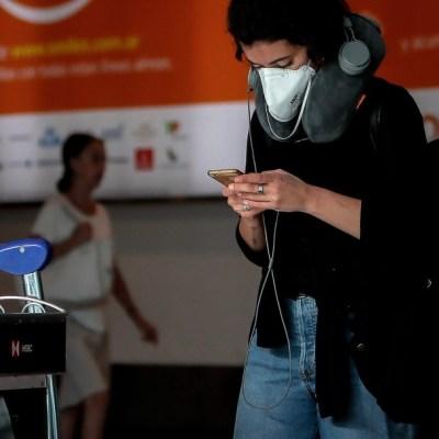 Pasajeros y empleados del Aeropuerto de Ezeiza usan cubrebocas (EFE)
