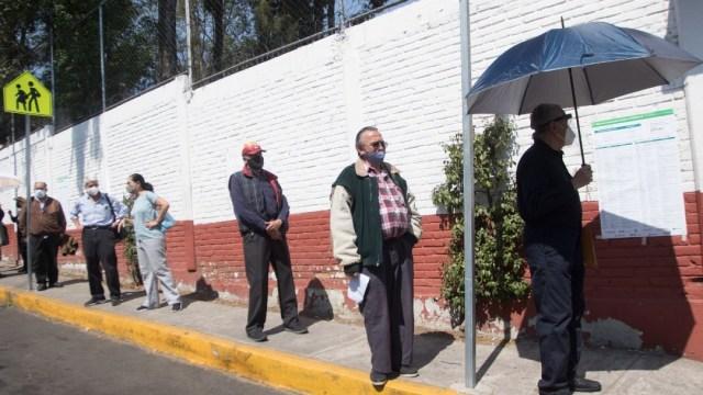 Adultos mayores en fila para vacunarse