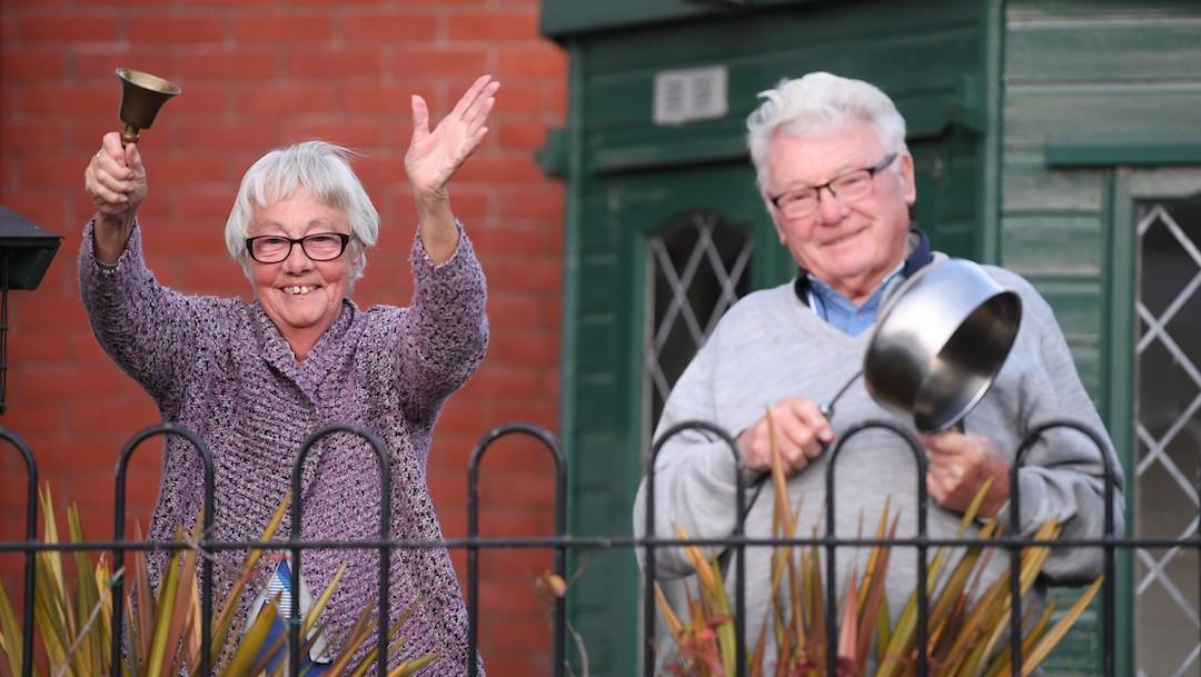 Una pareja de ancianos agita campanas y golpea un sartén en Reino Unido (Getty Images)