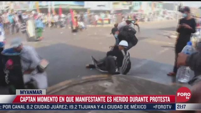 captan momento en que manifestante es herido durante protesta en myanmar