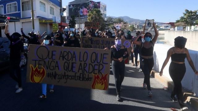 Colectivos feministas marchan en Chilpancingo para repudiar candidatura de Salgado Macedonio
