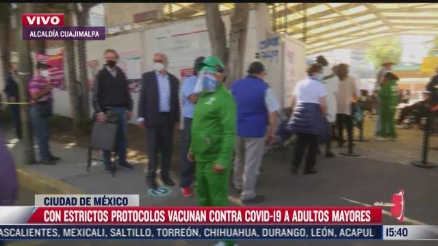 elementos policiacos resguardan filas de vacunacion covid de adultos mayores