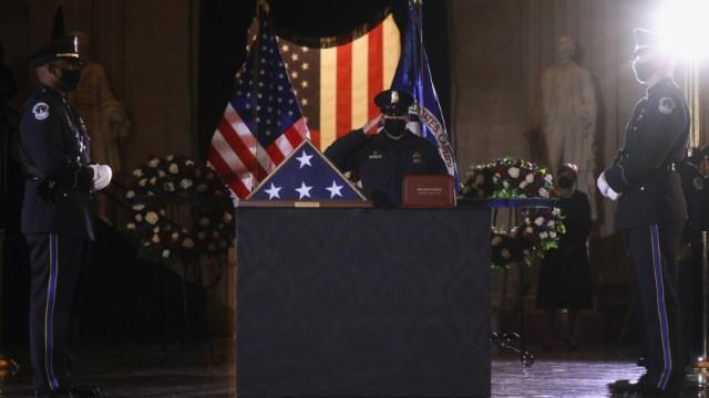 Los oficiales del Capitolio realizan una guardia de honor a los restos mortales del oficial Brian Sicknick durante su funeral.
