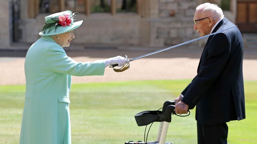 Isabel II celebra sus 69 años en el Trono británico confinada en Windsor