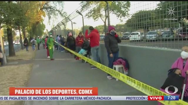 larga fila en palacio de los deportes para recibir vacuna contra covid