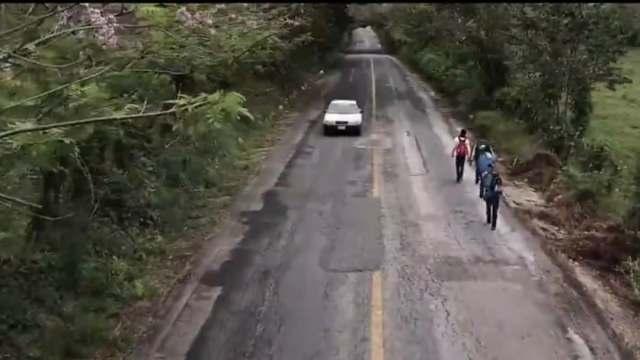 Migrantes avanzan por Chiapas, en grupos pequeños y caminos difíciles