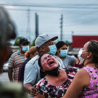 Familares de presos que fallecieron en disturbios penitenciarios en Ecuador (Reuters)