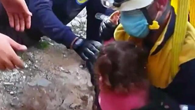 Así fue el rescate de una niña de un pozo seco en Siria