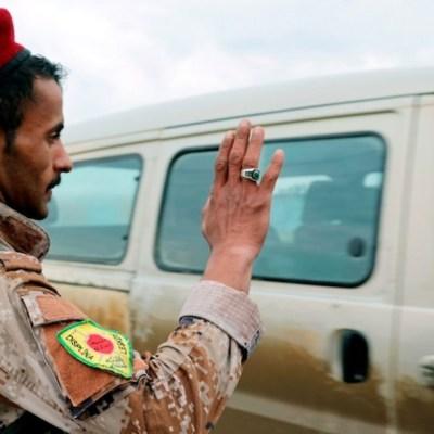 Un miembro de las fuerzas kurdo-árabes vigila un puesto de control en la población de Marqadah