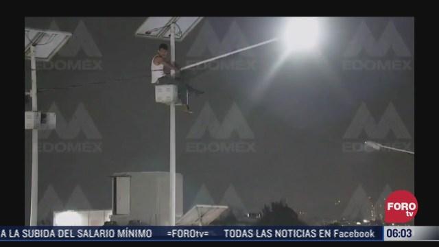 sujeto sube a poste de alumbrado publico para intentar suicidarse en edomex