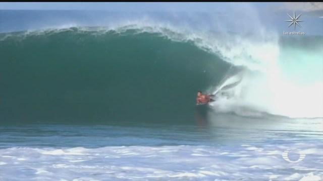 surfistas aprovechan grandes olas en oaxaca