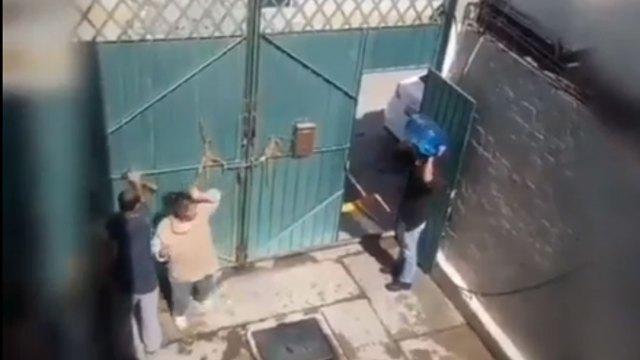 El hombre le lanzó el garrafón a su madre mientras otras personas intentaban detenerlo; fue grabado en video, ocurrió en Ixtapaluca