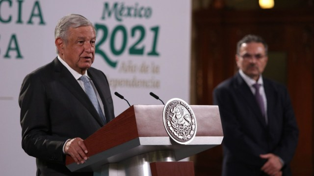Andrés Manuel López Obrador (I), presidente de México, y Octavio Romero Oropeza (D), titular de Petróleos Mexicanos (Pemex)