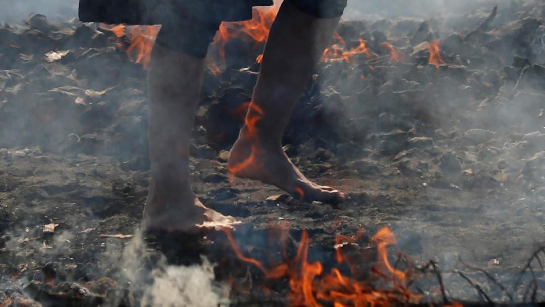Japoneses caminan descalzos sobre brasas ardientes (Reuters)