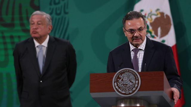 Andrés Manuel López Obrador, presidente de México (i), y Octavio Romero Oropeza (d), titular de Petróleos Mexicanos (PEMEX), encabezaron la conferencia mañanera