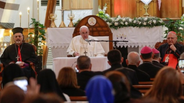 El papa en encuentro de religiones en Irak.