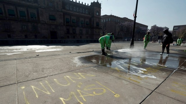 Brigadas de limpieza en el Zócalo capitalino tras marchas por Día Internacional de la Mujer (EFE)