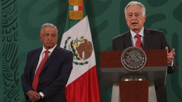 Manuel Bartlett Díaz, director de la CFE, y Andrés Manuel López Obrador, presidente de México, durante la conferencia de prensa matutina