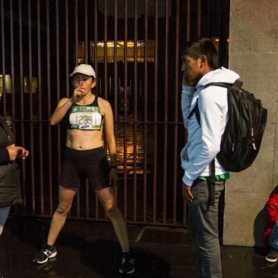 Calentamiento de una de las participantes en una de las ediciones del maratón de la CDMX (Cuartoscuro, archivo)