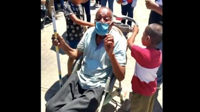 Niños llevan a bisabuelo en carriola a vacunarse contra COVID en Oaxaca