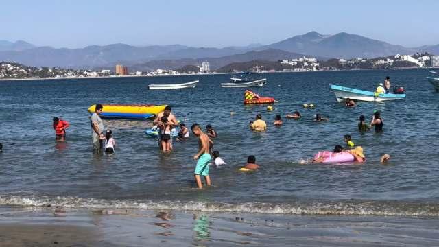 Pese a COVID, cientos de turistas llegan a las costas de Colima y Guerrero