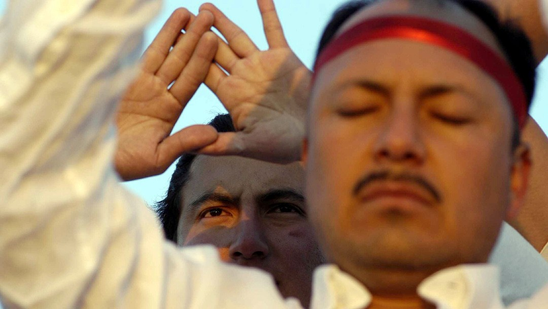 Dos hombres reciben energía del sol tras la llegada de la primavera en México (Getty Images)