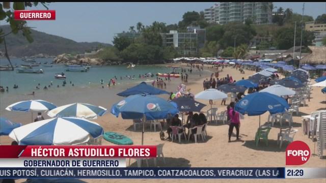 turistas disfrutan las playas de acapulco sin respetar las medidas de distancia