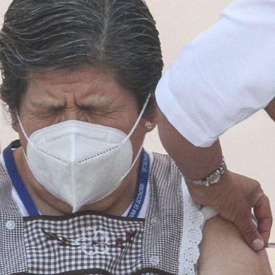 Mujer adulto mayor durante la aplicación de la vacuna contra COVID-19 en la CDMX