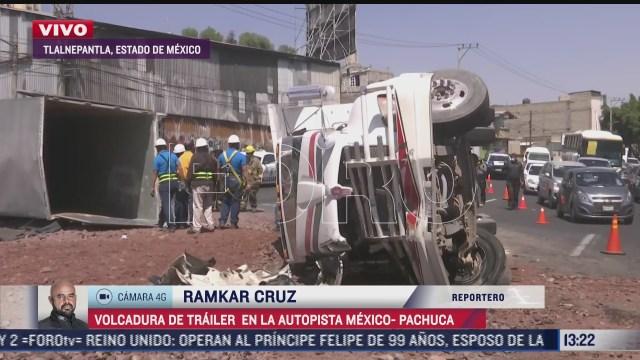 vuelcan camion tipo torton y trailer en la autopista mexico pachuca