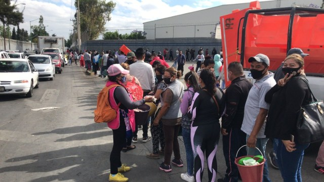 Capitalinos hacen largas filas para comprar pescados y mariscos en mercado de La Nueva Viga