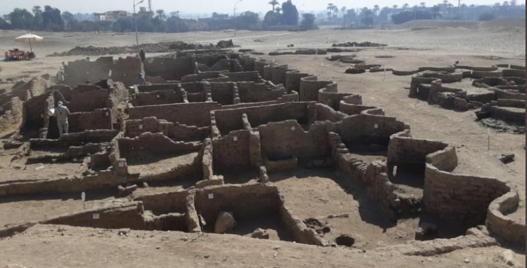 Encuentran una gran ciudad perdida de 3 mil años de antigüedad bajo la arena de Egipto