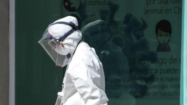 Doctora camina frente a ilustración de cepa de coronavirus en el Hospital Ajusco Medio (Cuartoscuro)