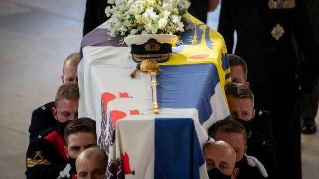 El féretro del príncipe Felipe es llevado a la cripta real para su inhumación