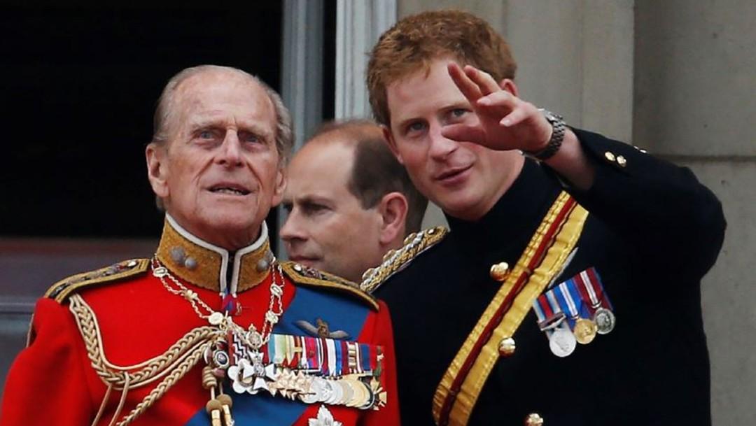 El príncipe Felipe y su nieto Harry