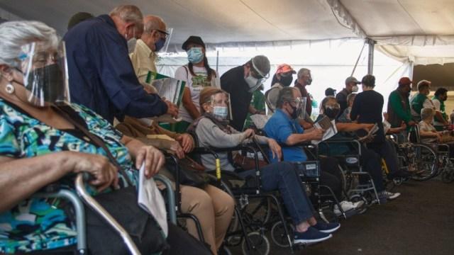 Entusiasmados, adultos mayores reciben su segunda dosis contra COVID en CDMX
