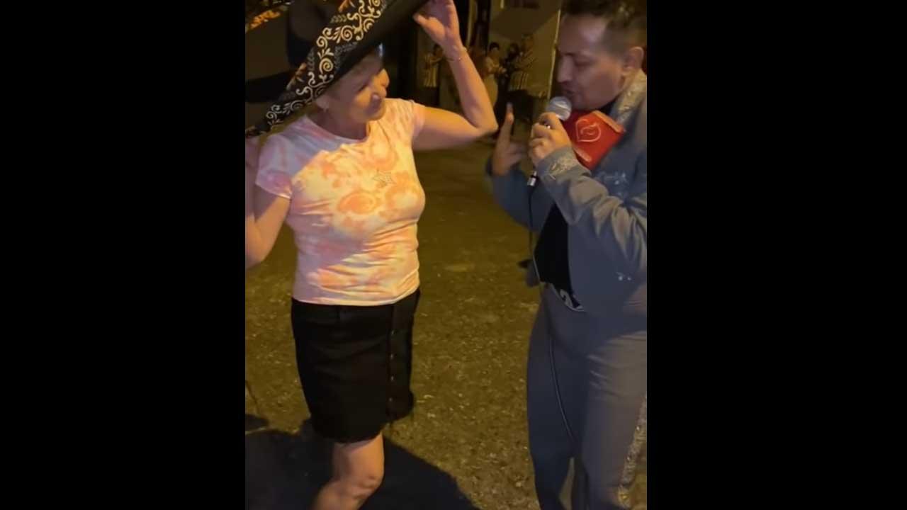 Video Hombre lleva serenata pareja y la encuentra con otro