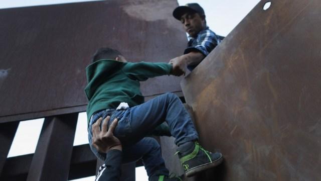 Familia de niño nicaragüense hallado solo en frontera de EEUU pide repatriación