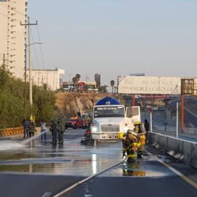 Elementos de rescate urbano de Protección Civil de Puebla atienden la fuga de gas de una pipa (Twitter: @PCPueblaCapital)