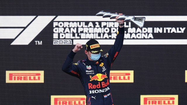 Max Verstappen de Holanda, celebra en el podio durante el Gran Premio de F1 de Emilia Romagna, Italia (Getty Images)