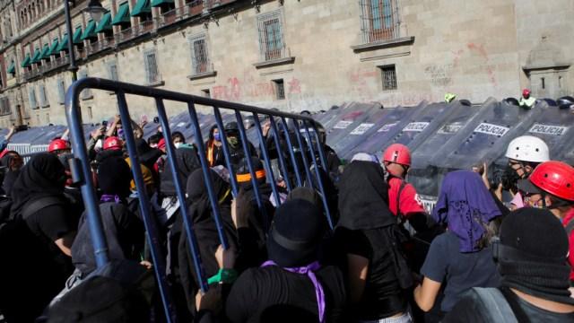 Feministas y policías se enfrentan en Palacio Nacional