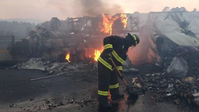 Agentes de la Policía Estatal Bomberos apoyaron a sofocar el incendio tras el choque (Twitter: @SSPGobPue)