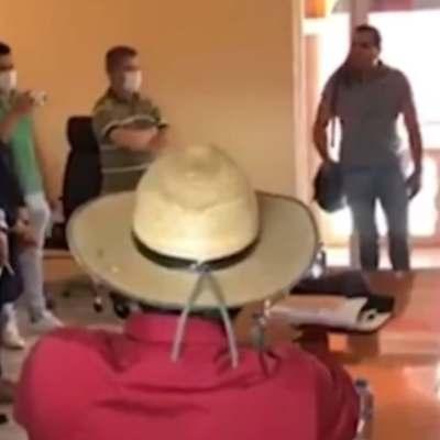 Toman Palacio Municipal de Aguililla, Michoacán, en apoyo a profesor empujado