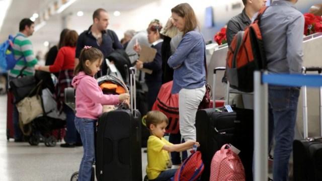 Turistas en el aeropuerto de Cancún