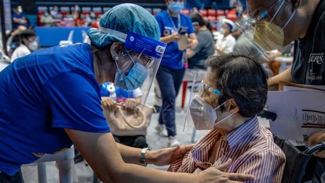 Una enfermera habla con una mujer antes de que le administren la vacuna contra COVID-19 de AstraZeneca (Getty Images)