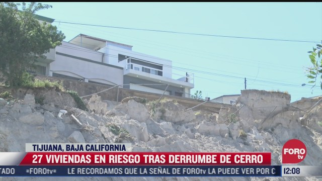 viviendas en riesgo tras derrumbe de cerro en tijuana baja california