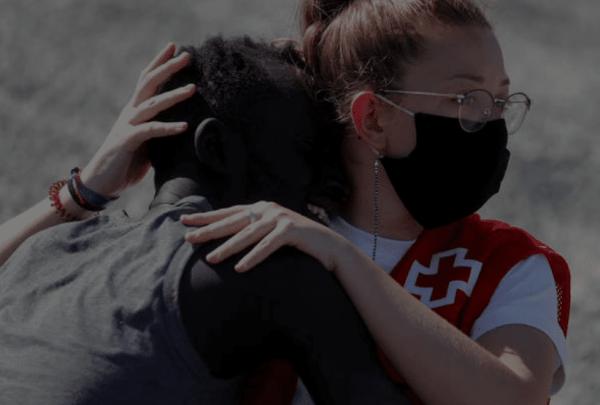 Abrazo en Ceuta desata agresiones a voluntaria de Cruz Roja